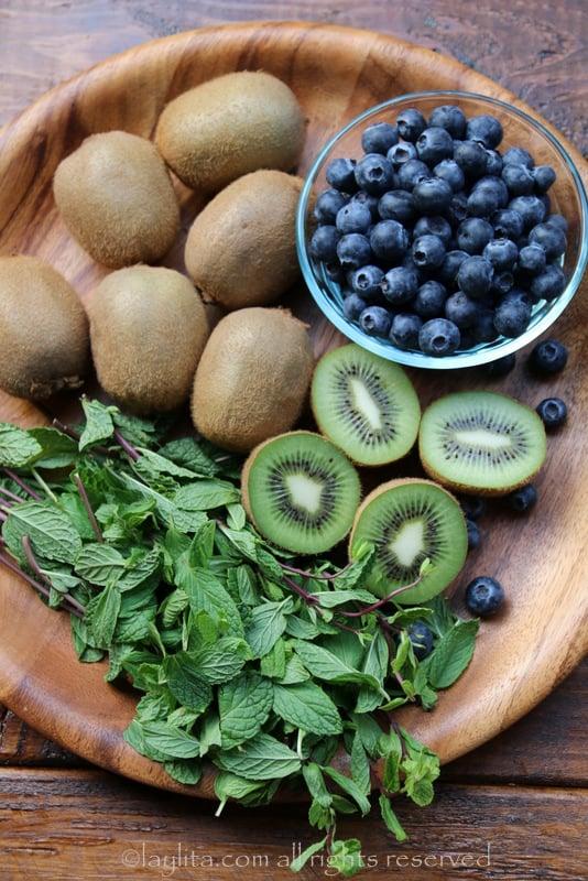 薄荷、奇异果和蓝莓制作莫希托