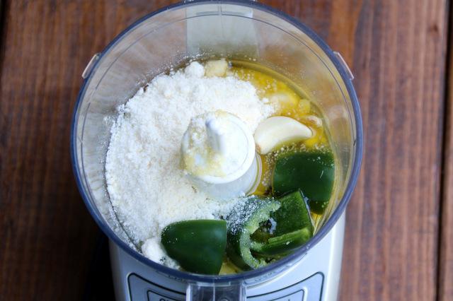 用小型食品加工机将材料搅拌成浆糊