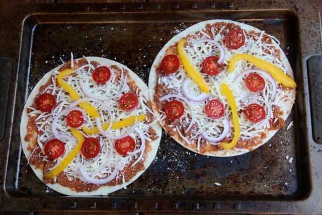 用豆酱、奶酪、蕃茄、葱和灯笼椒做的素食玉米比萨