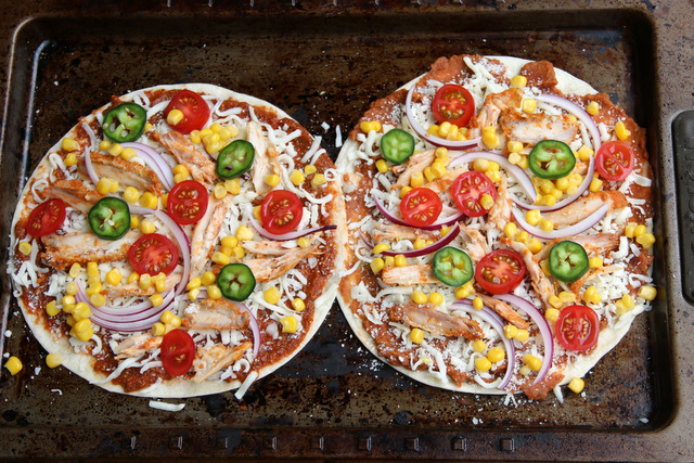 以鸡肉、玉米、番茄、洋葱、和墨西哥辣椒为馅料的玉米比萨