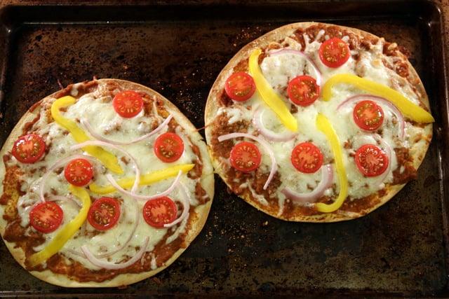 将玉米比萨进预热450F的烤箱中,烘烤6-8分钟