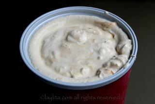 使用冰淇淋机,又或者混合器或食品加工机来准备冰淇淋。最后倒入焦糖。