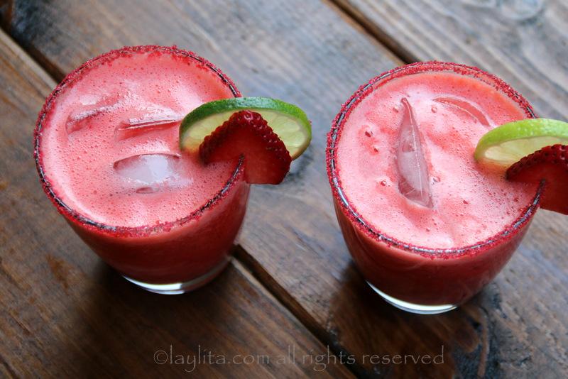 用青柠片和草莓片装饰草莓玛格丽塔酒
