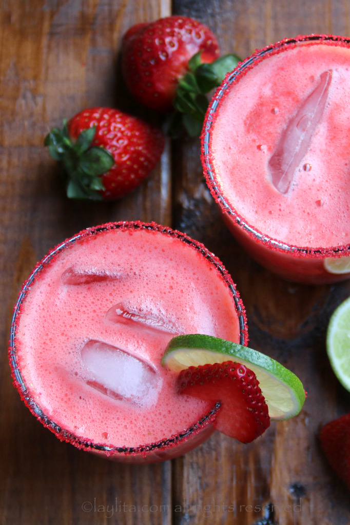新鲜草莓、酸橙汁、糖或蜂蜜、橙利口酒和龙舌兰酒自制的草莓玛格丽塔酒。
