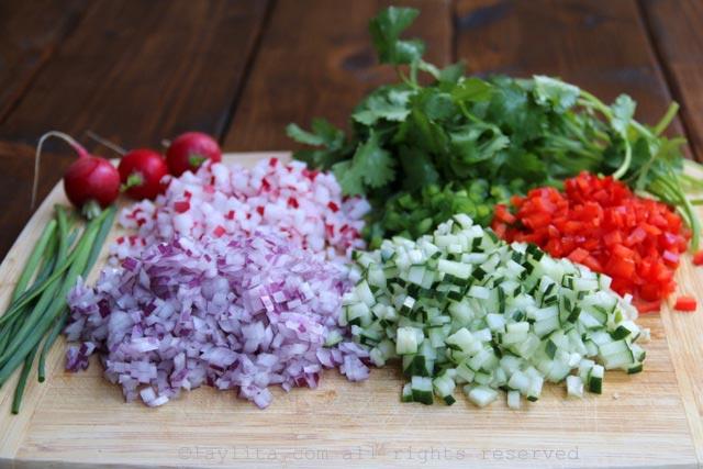 给螃蟹沙拉的蔬菜丁