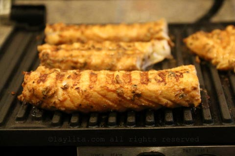 在室内帕尼尼烤架上烤鱼