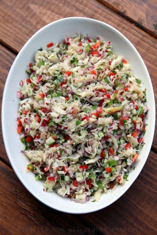 用螃蟹填满牛油果的沙拉