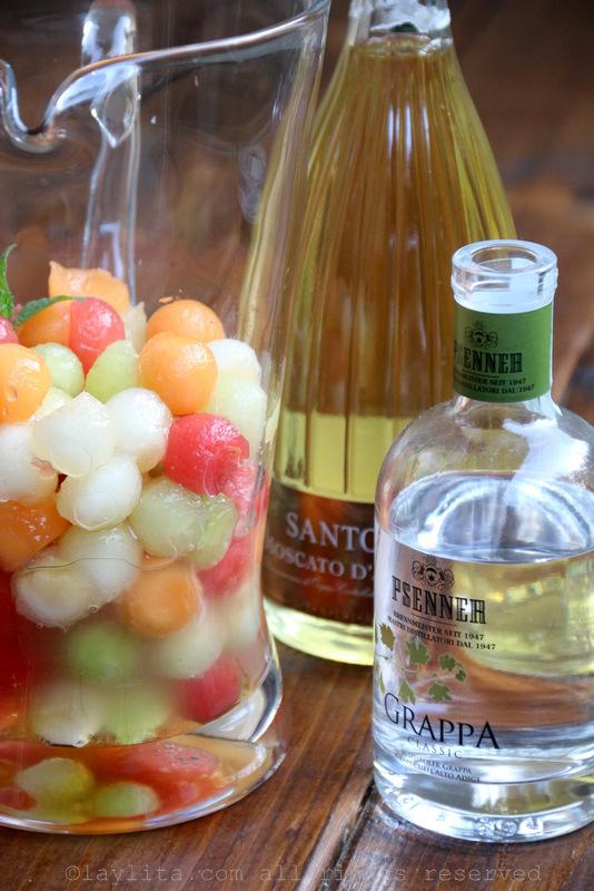 将甜瓜球与蜂蜜、青柠汁和渣酿白兰地混合
