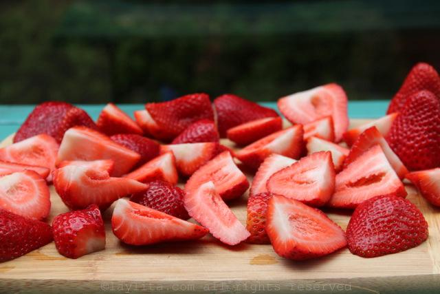 将草莓切成四分或一半(最容易混合)