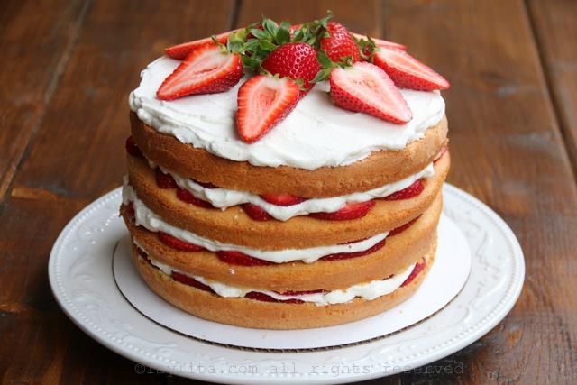 顶层添加奶油,保留草莓装饰蛋糕