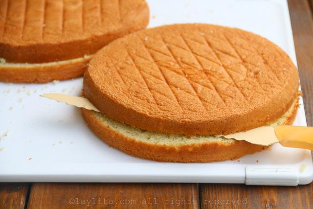 用锯齿刀水平式切海绵蛋糕