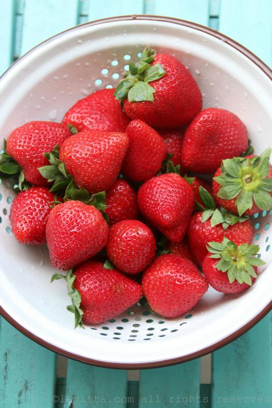 成熟加州草莓准备夹心蛋糕