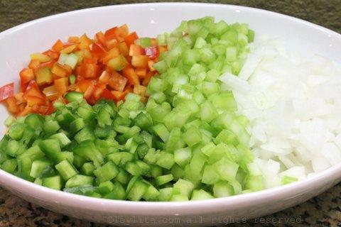 洋葱丁、青椒和芹菜