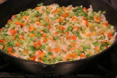 将切好的洋葱、青椒和芹菜煮至软