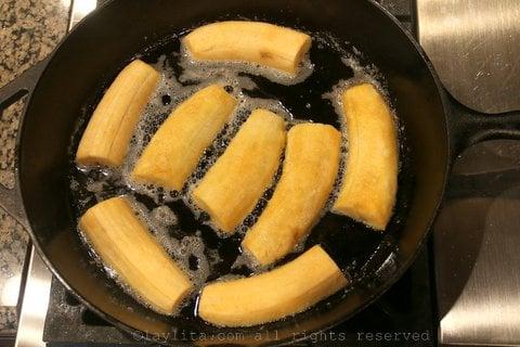加热黄油,并加入熟芭蕉