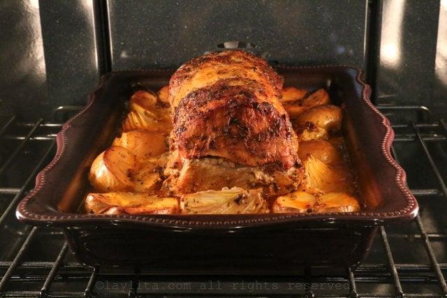 首先将猪里肌用华氏400度烘烤30分钟,然后将热量降至华氏350度约1个半小时,或直至内部温度达到华氏145度