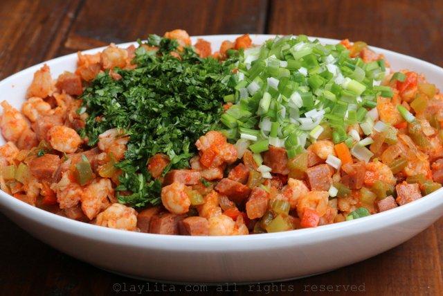 加入切碎的香菜和葱
