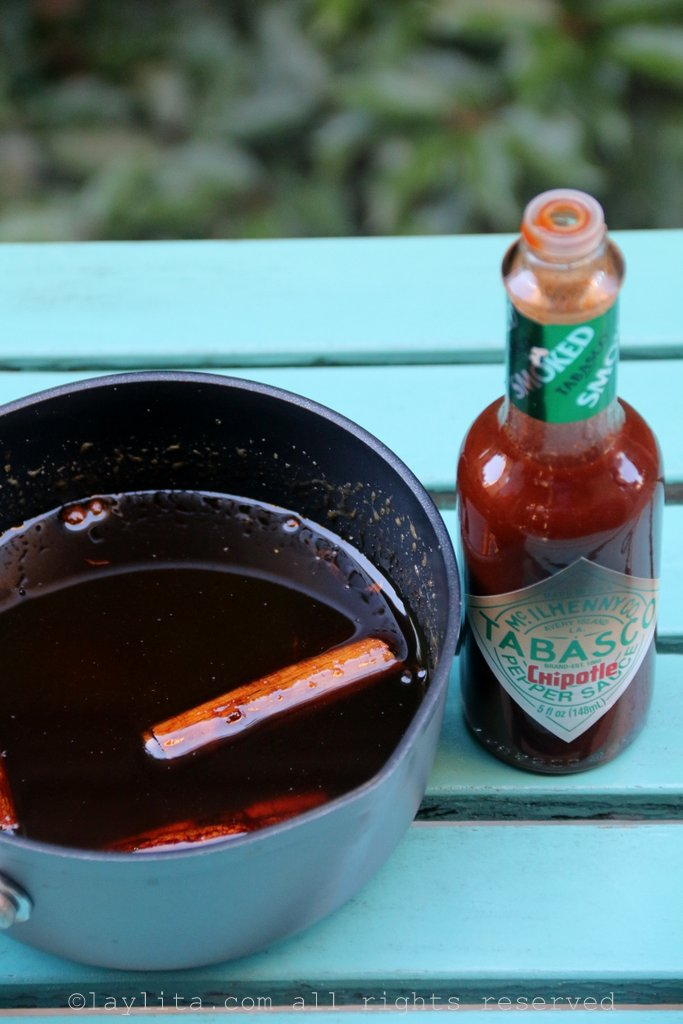 辛辣巴尼拉糖浆配上塔巴斯科烟熏绿墨西哥辣椒酱