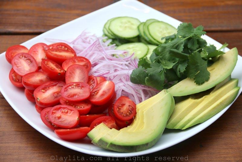 给三文鱼沙拉的牛油果、番茄、洋葱、黄瓜和香菜