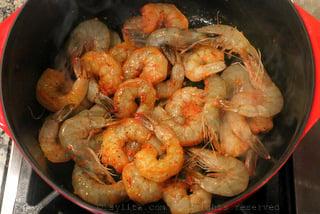 用黄油或油炒虾