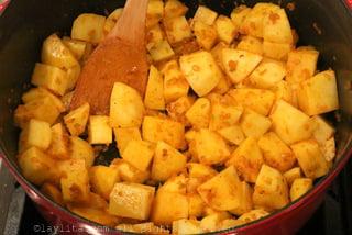 制作一个索夫利特酱,接着用白葡萄酒除渣,最后加入土豆