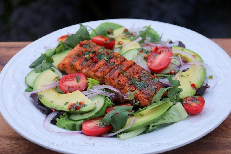沙拉配烤鱼、牛油果和青柠香菜酱