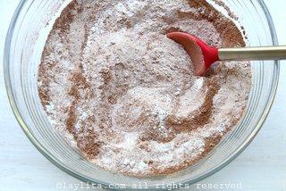 将过筛的面粉与糖、可可粉、盐和小苏打混合