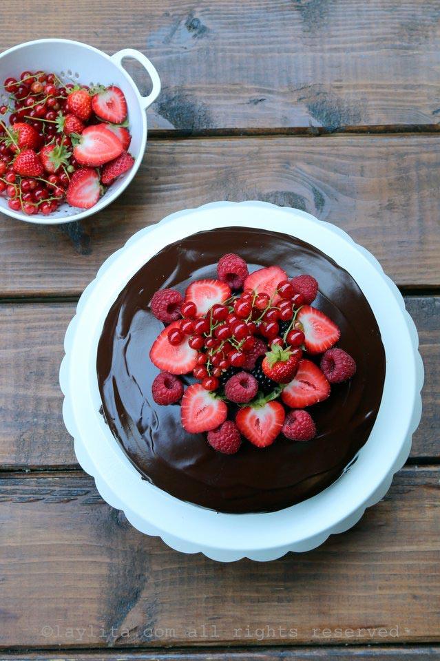 用浆果配巧克力蛋糕