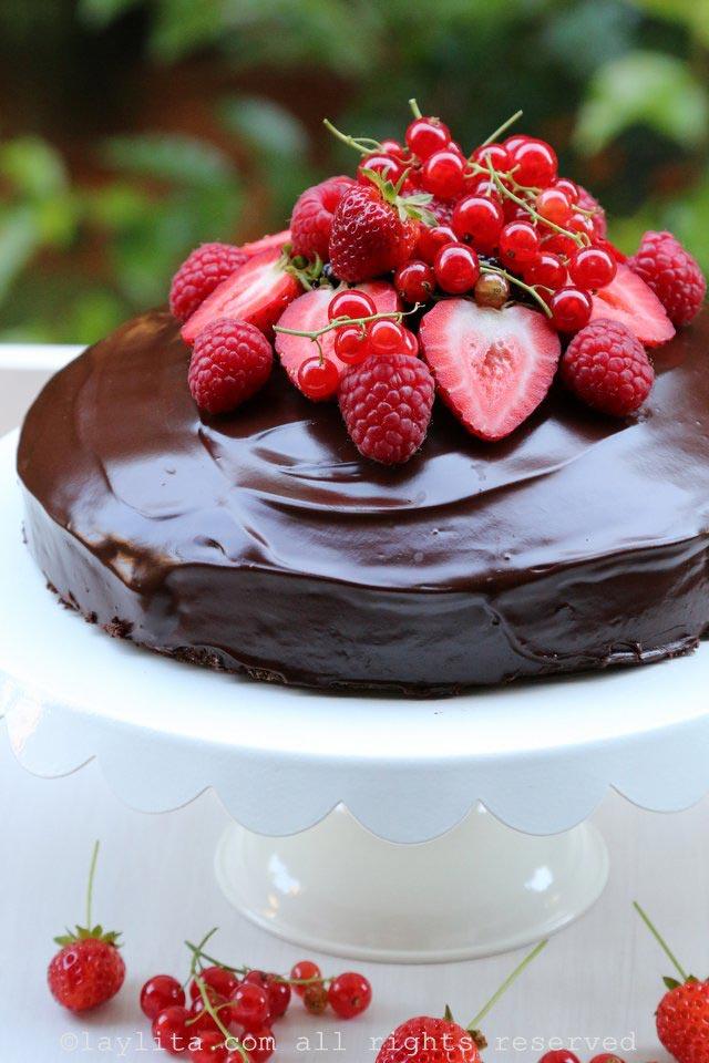 简单巧克力蛋糕配浆果