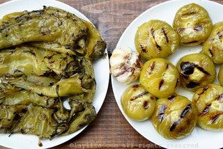 烤青辣椒、烤黏果酸浆和烤大蒜