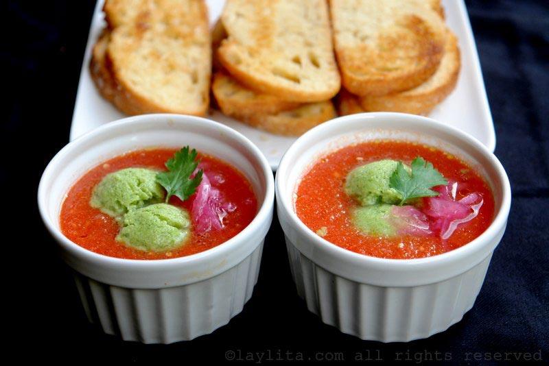西班牙冻汤配牛油果冰糕和蒜蓉面包