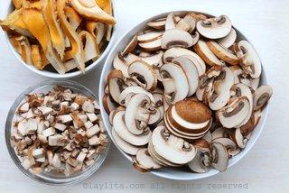 准备汤的什锦菇类