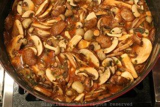 当肉汤煮沸时加入蘑菇,再煮10-15分钟
