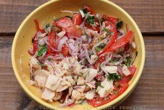 你可以提前腌制和混合一些洋葱番茄库尔蒂多莎莎酱