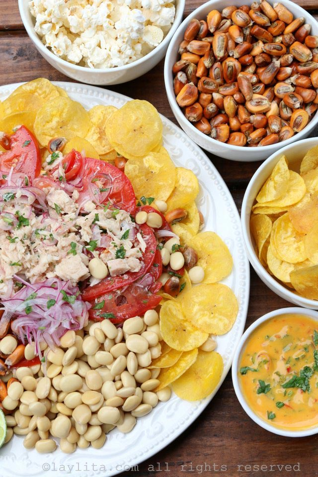 柠汁腌金枪鱼配上 绿色芭蕉片、羽扇豆、烤玉米坚果和辣椒