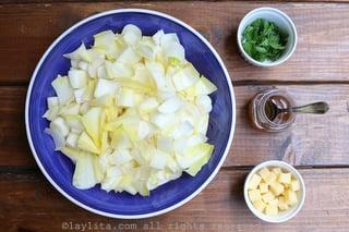 准备沙拉的莴苣,奶酪,欧芹和香醋