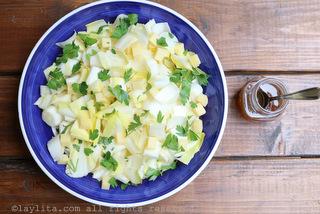 将奶酪块和欧芹加入沙拉中