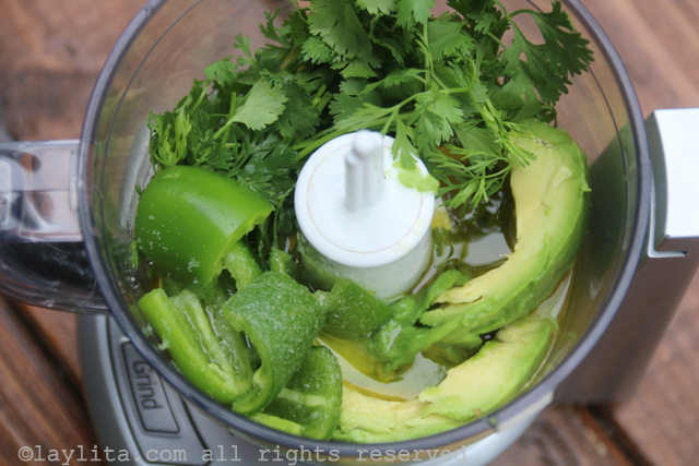 将牛油果沙拉酱的配料放入小型食品加工机或搅拌机中