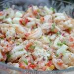 简易的虾沙拉配香菜蛋黄酱