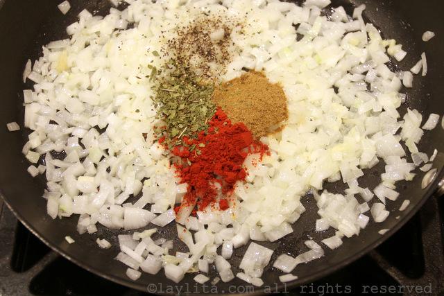 做牛肉恩潘纳达的洋葱、大蒜、和香料