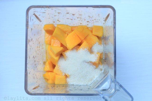 搅拌菠萝、芒果、百香果汁、青柠汁和糖