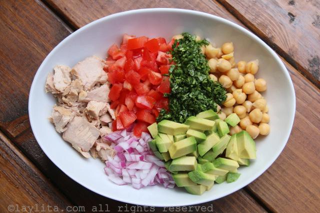 鹰嘴豆沙拉配牛油果和金枪鱼的食材