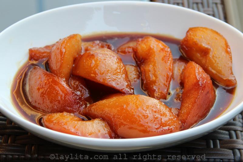 在五香黑糖或piloncillo内煮熟的梨子