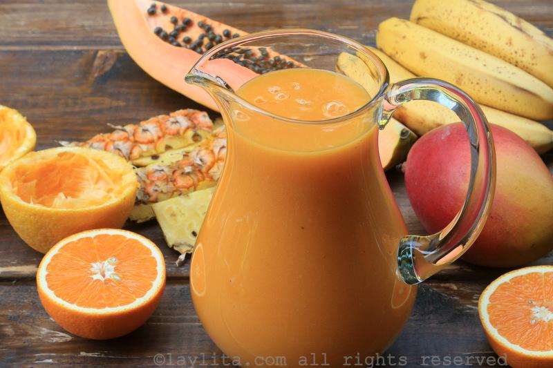 含木瓜、菠萝、香蕉、芒果和橙子的热带水果冰沙